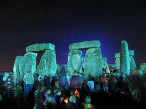 800px-Stonehenge_Summer_Solstice_eve_02