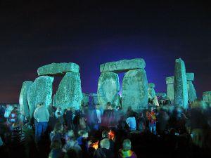 800px-Stonehenge_Summer_Solstice_eve_02