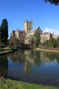Wells_Cathedral_in_the_reflecting_pool_in_the_grounds_of_the_Bishops_Palace